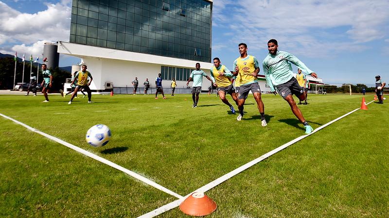 De uniforme de treino, jogadores fazem trabalho físico