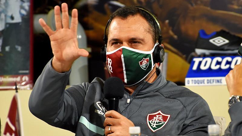 Com casaco e máscara do Fluminense, Mário Bittencourt acompanha sorteio da Copa do Brasil