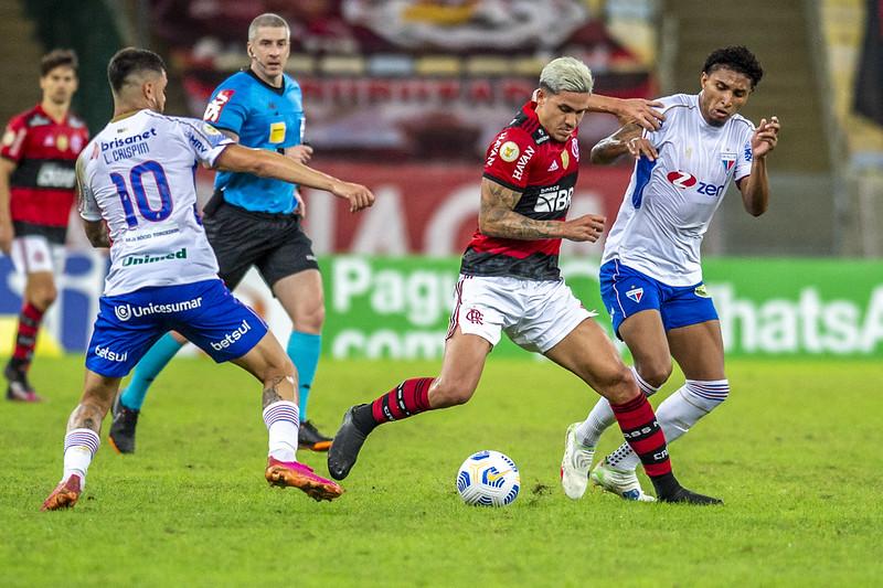 Pedro em ação pelo Flamengo contra o Fortaleza