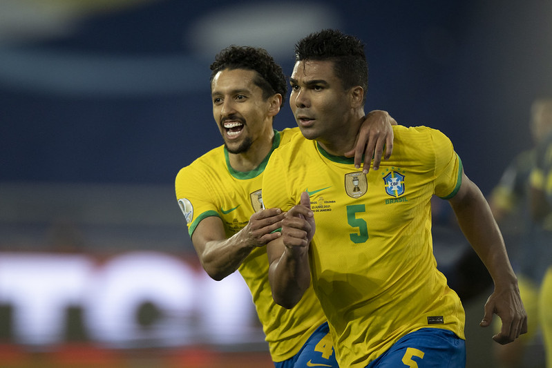 Com a camisa amarelinha, Casemiro e Marquinhos comemoram abraçados o gol do Brasil