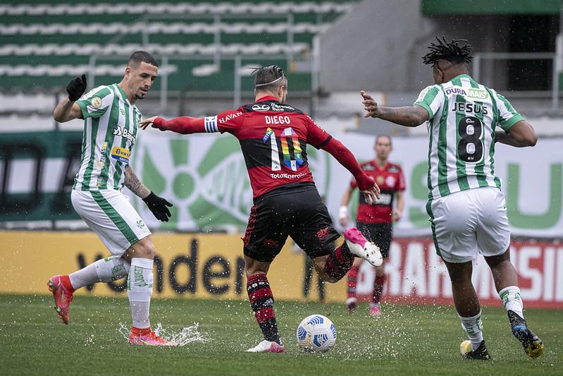 Diego em ação pelo Flamengo contra o Juventude