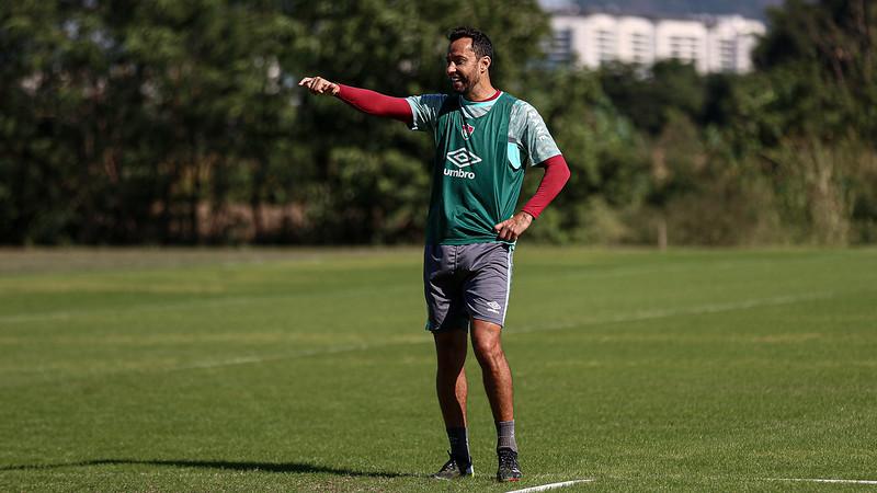 De colete verde, Nenê no treino do Fluminense