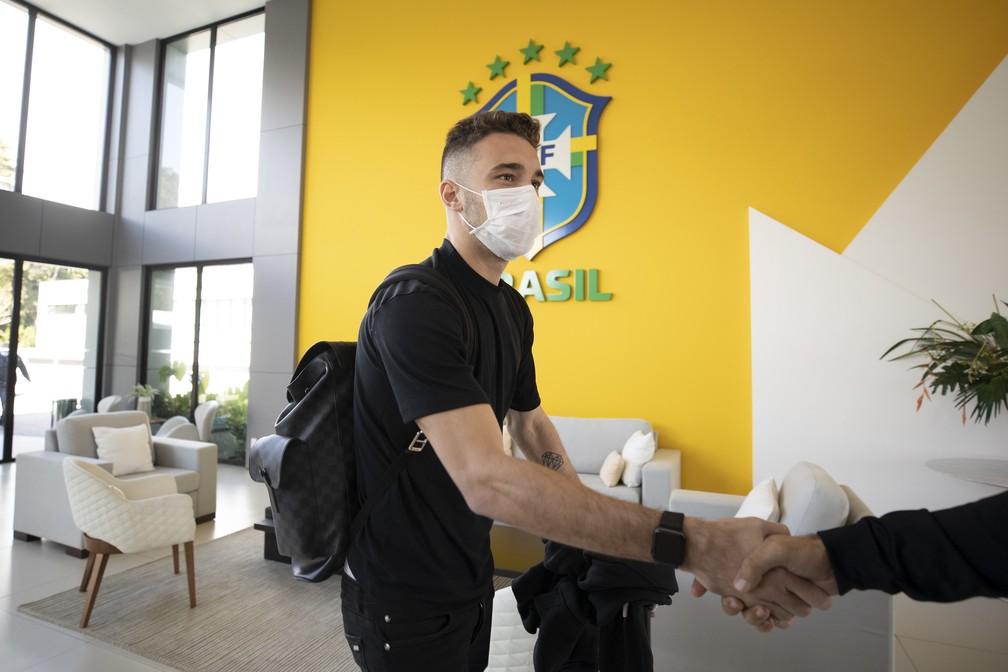 Léo Ortiz, do Bragantino, é convocado por Tite para o lugar de Marquinhos, suspenso pelo segundo cartão amarelo