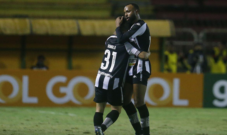 Chay abraçando Ronald em jogo do Botafogo pela Série B