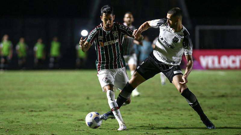 Lucca encara jogador do Ceará em jogo pela Série A