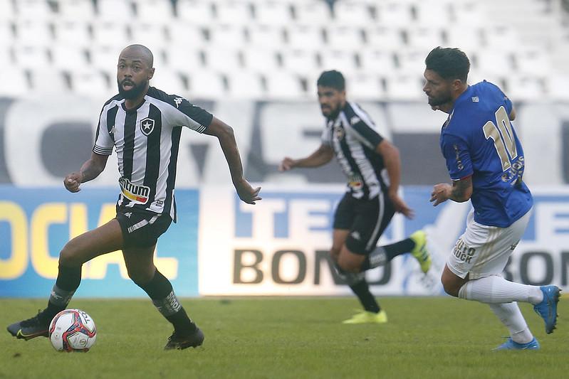 Chay em ação pelo Botafogo contra o Cruzeiro pela Série B