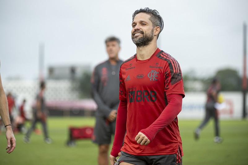 Diego Ribas sorri no treino do Flamengo