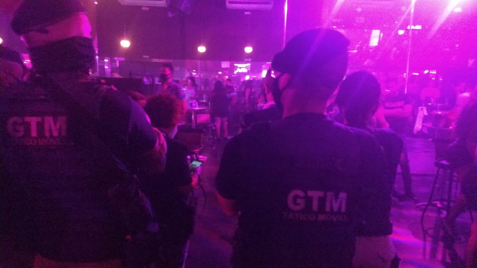 Na imagem, agentes da SEOP interditando festa com 300 pessoas em boate na Barra da Tijuca