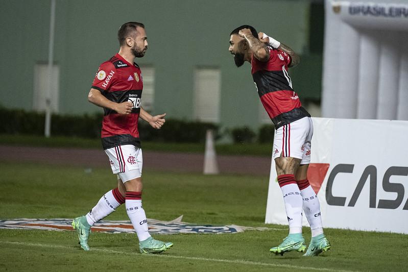 Gabigol e Everton Ribeiro comemoram gol do Flamengo