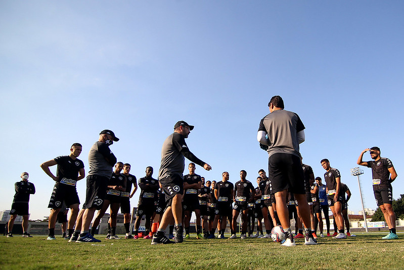Enderson Moreira orienta os jogadores no treino do Botafogo