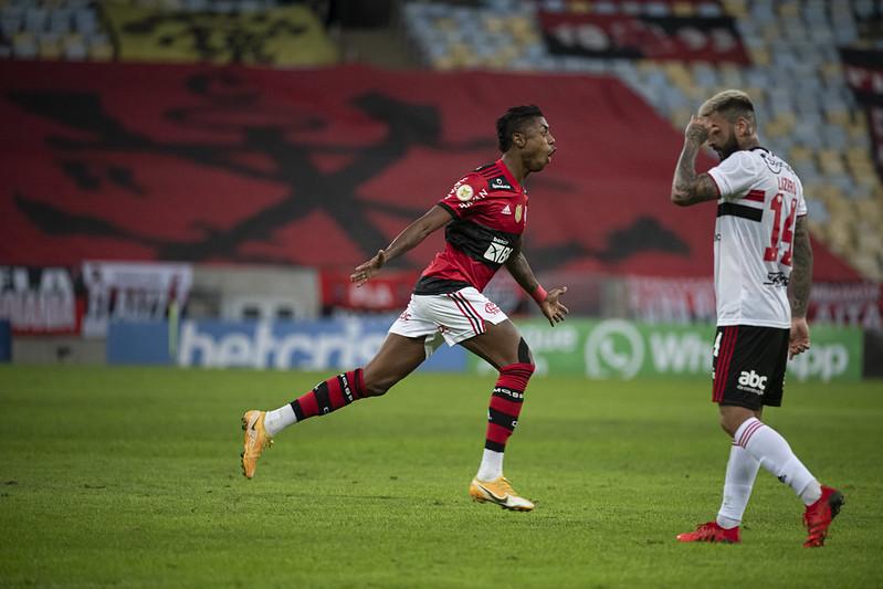 Bruno Henrique marcou três vezes na goleada sobre o São Paulo