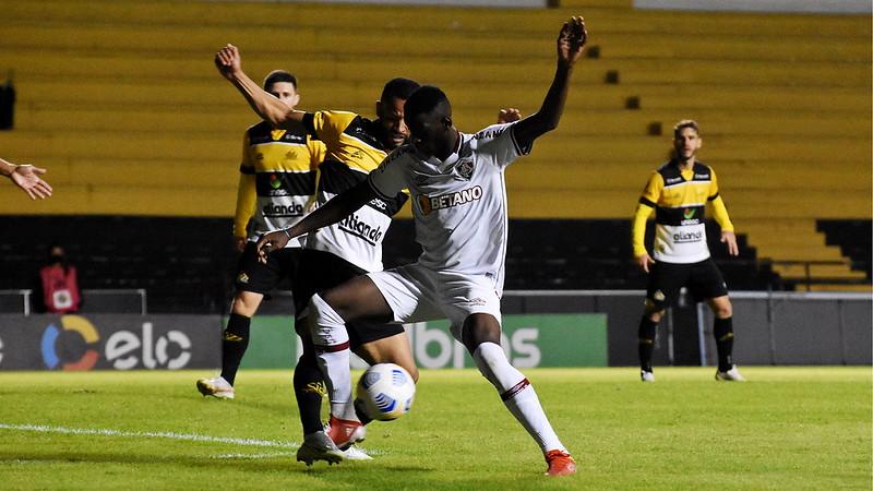 Luiz Henrique, do Fluminense, disputa bola com o adversário no jogo contra o Criciúma