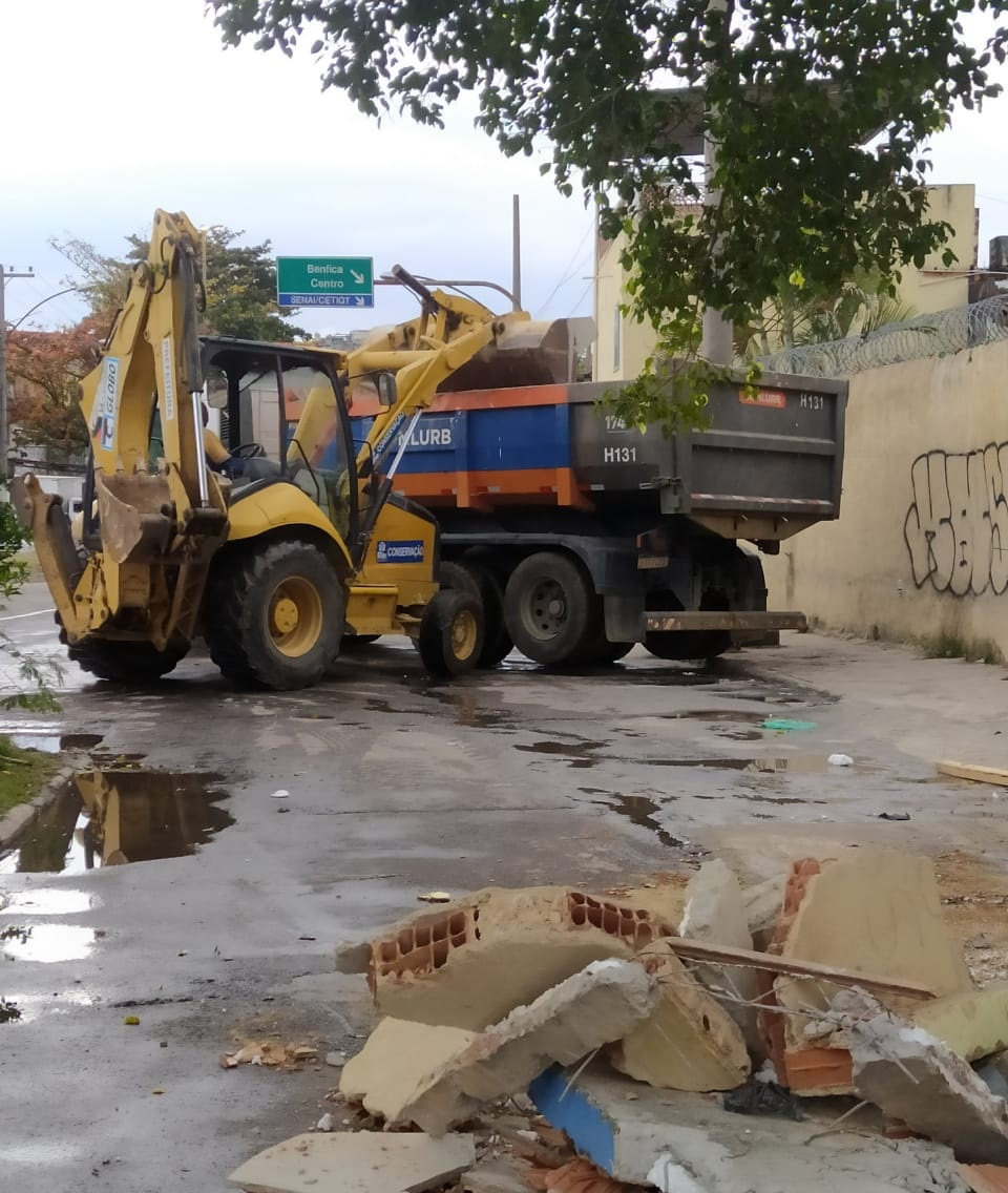 Imagem de um caminhão e uma retroescavadeira