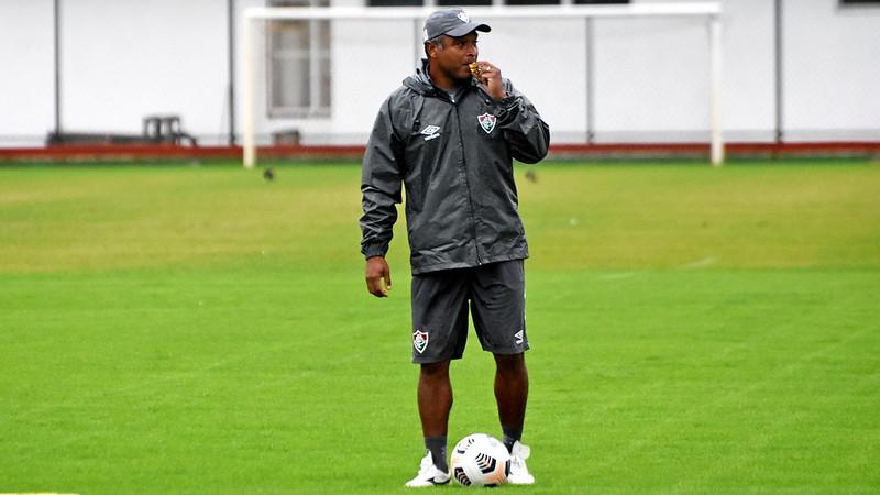 Roger Machado está com a apito na boca, no treino do Fluminense
