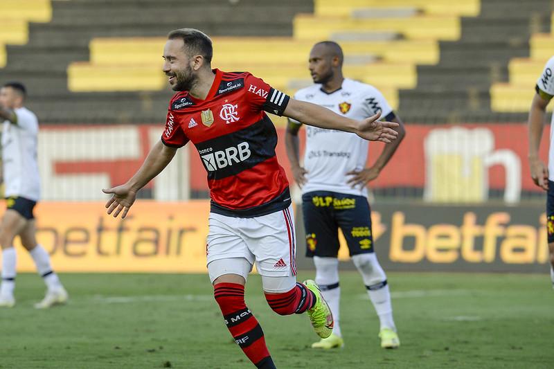 Everton Ribeiro comemora gol na vitória do Flamengo