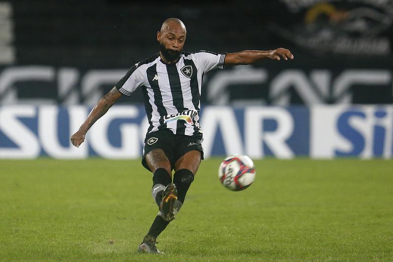 Chay cruzando a bola em jogo do Botafogo no Nilton Santos