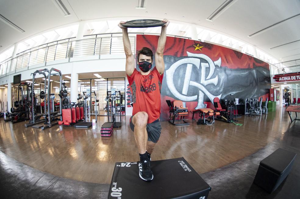 Rodrigo Caio treina na academia