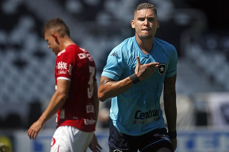Rafael Navarro comemorando gol marcado contra o Vila Nova
