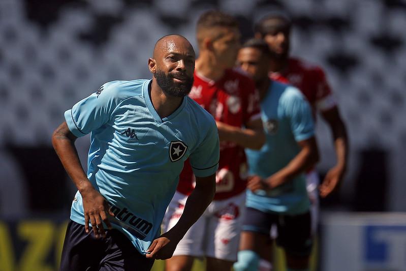 Chay comemorando o gol pelo Botafogo contra o Vila Nova