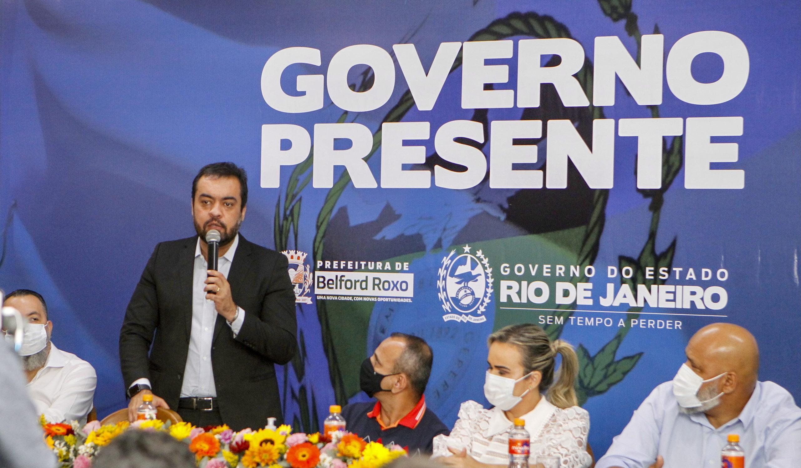 Imagem do Cláudio Castro e outras pessoas
