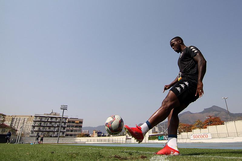 Jonathan Silva batendo escanteio em treinamento do Botafogo no Nilton Santos