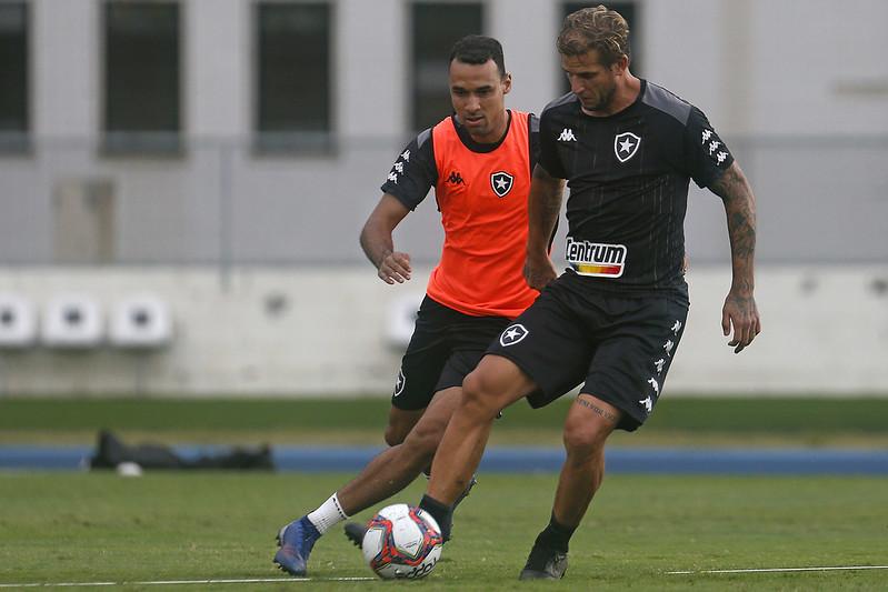Rafael Moura sendo marcado por Gilvan em treino do Botafogo
