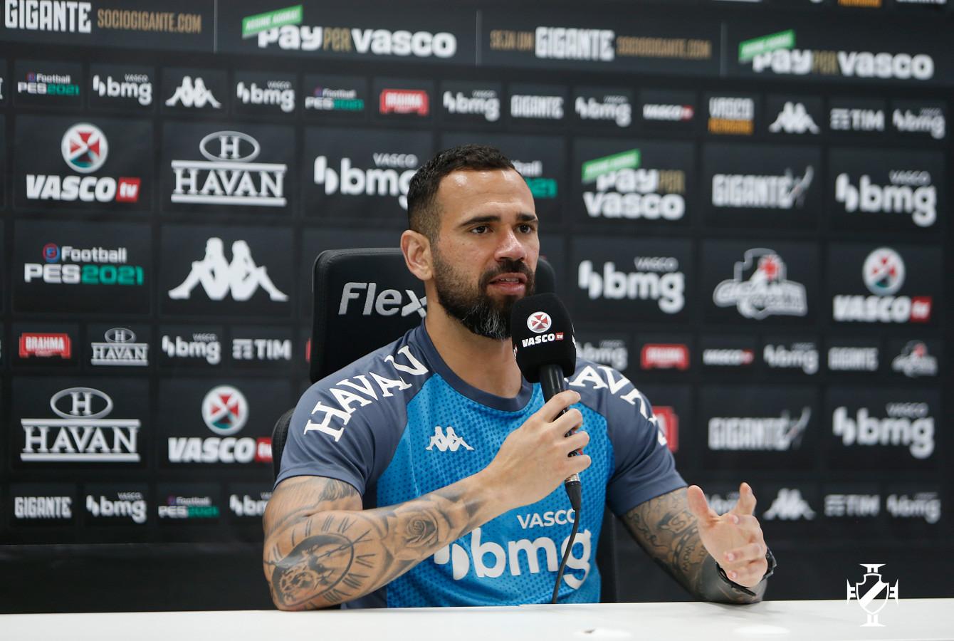 Zagueiro Leandro Castan concede entrevista coletiva CT Moacyr Barbosa