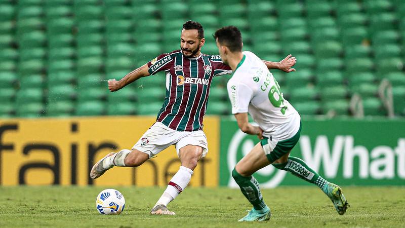 Yago Felipe em disputa com jogador do Juventude