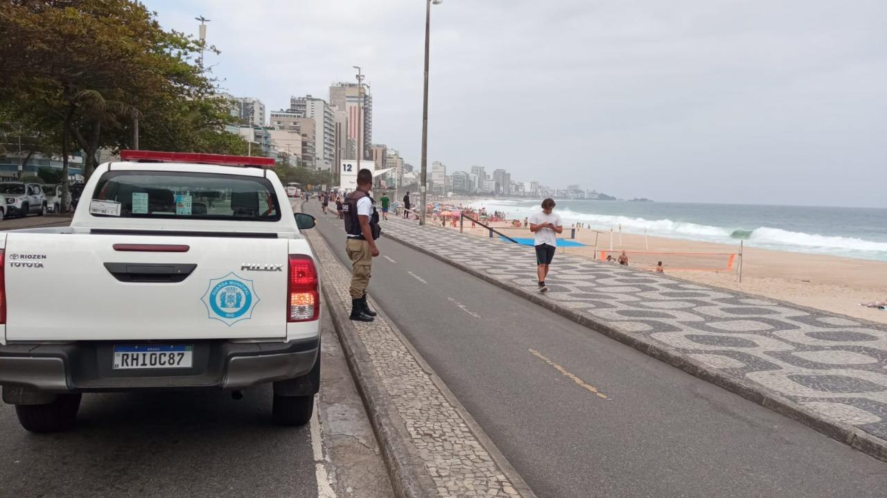 Imagem de um guarda municipal na praia