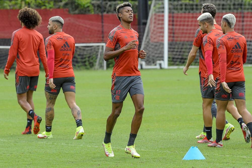 Flamengo chega em São Paulo para enfrentar o Bragantino com vários desfalques e Bruno Henrique como dúvida