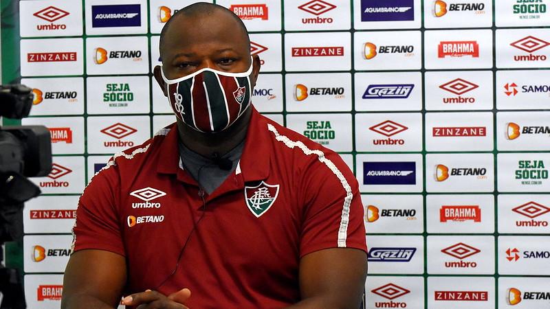 Com uniforme e máscara do Fluminense, Marcão concede entrevista coletiva