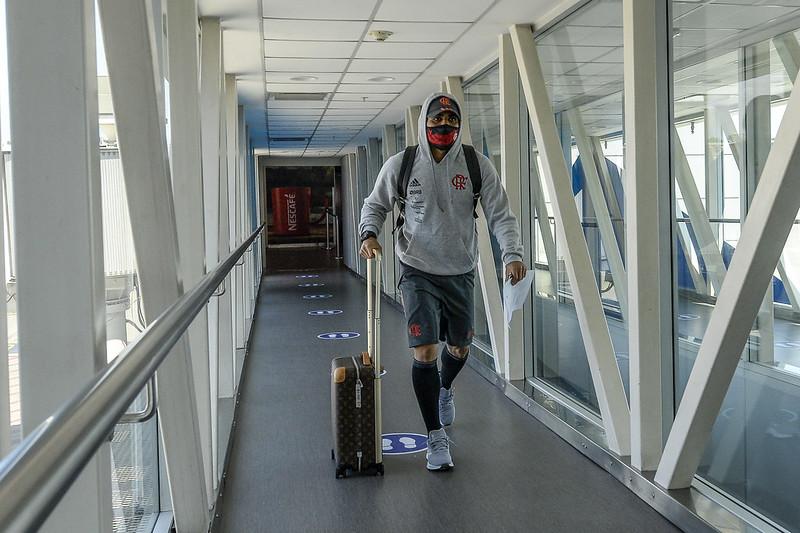 Gabigol chega ao Equador com o time do Flamengo