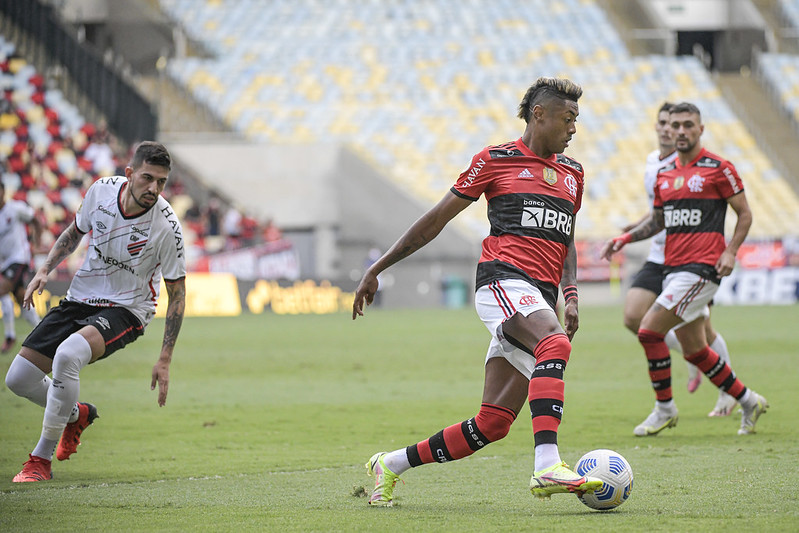 Flamengo vence por 3 a 0 o Athletico-PR e cola na liderança do Campeonato Brasileiro