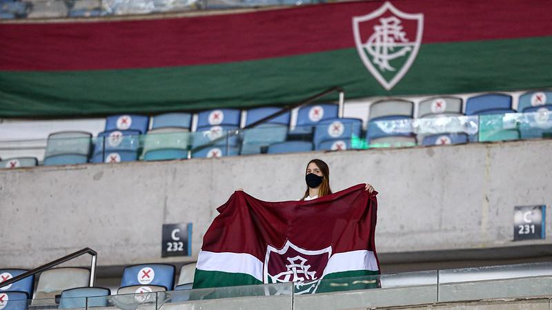 Torcedora do Fluminense apoia a equipe na arquibancada