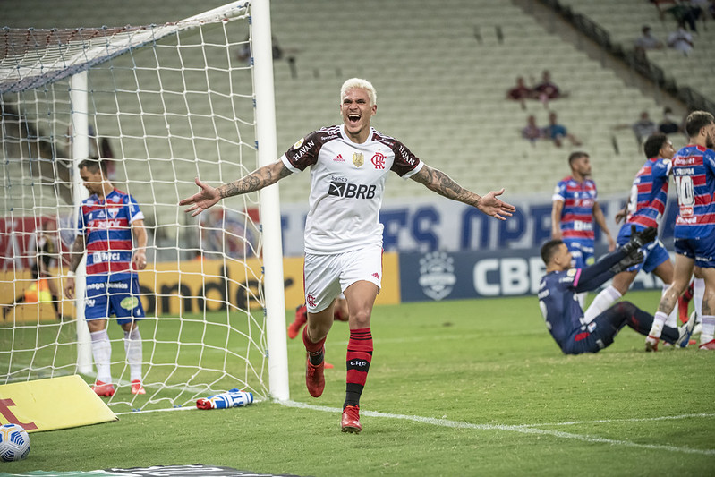 Pedro comemora gol contra o Fortaleza