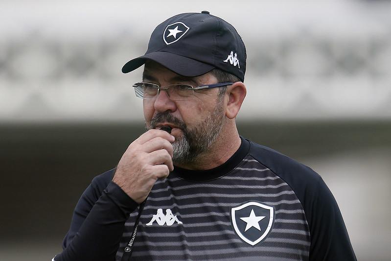 Enderson Moreira durante treinamento do Botafogo