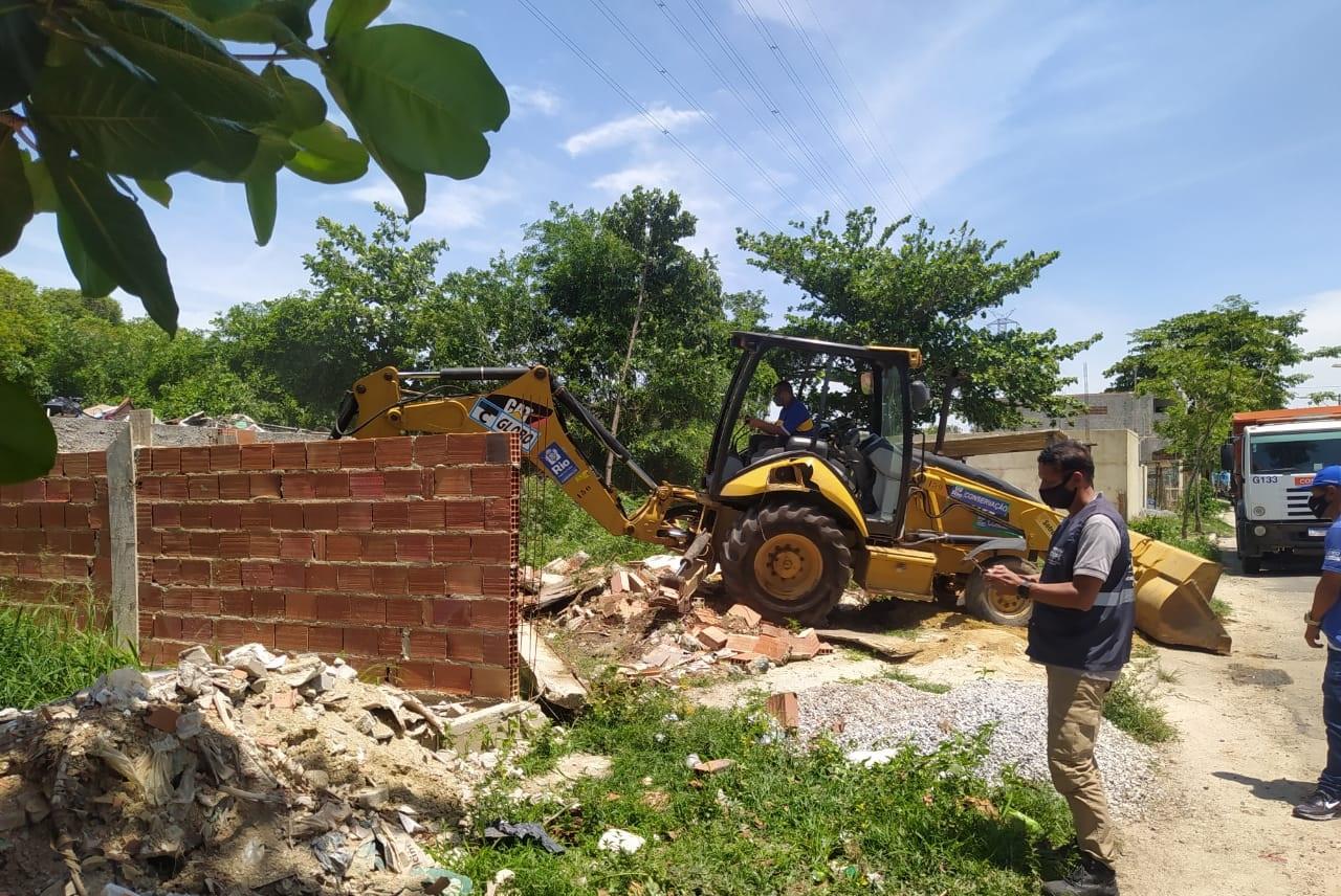 Imagem de uma demolição de construções irregulares