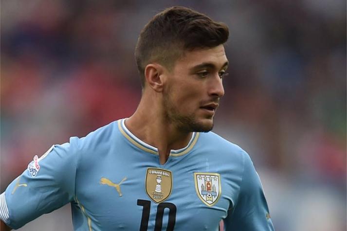 Meia Arrascaeta em ação com a camisa da Seleção do Uruguai