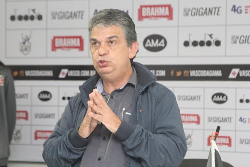 Carlos Brazil entrevista sala de imprensa do vasco