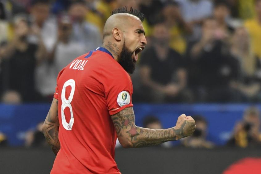 Vidal comemorando gol vestindo a camisa da Seleção chilena