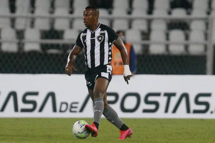 Guilherme Santos com a bola dominada no Nilton Santos