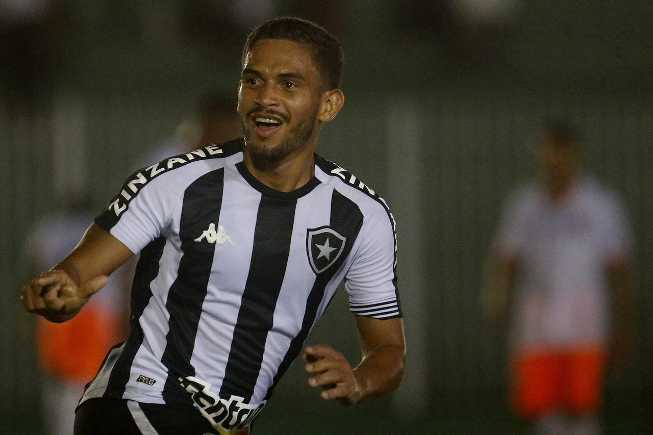 Marco Antonio comemorando gol pelo Botafogo