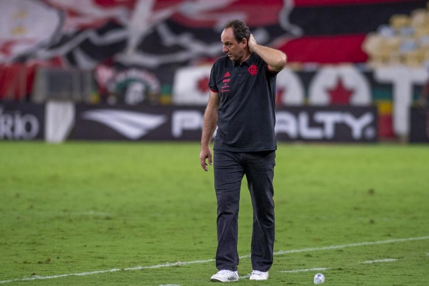 Rogério Ceni em campo comandando o Flamengo no Maracanã