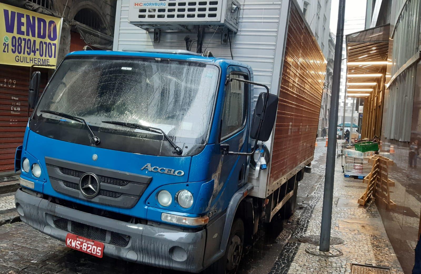 caminhão estacionado na rua