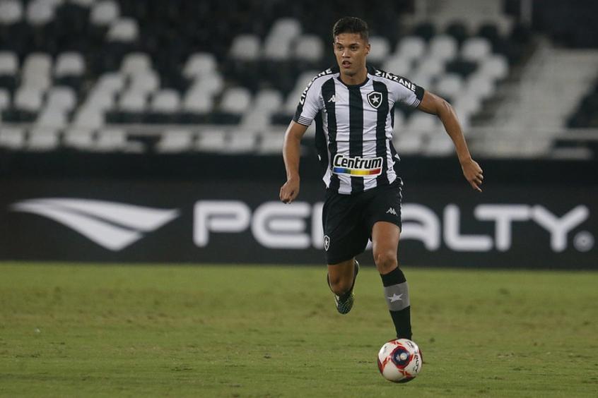 Sousa com a bola dominada pelo Botafogo no Nilton Santos