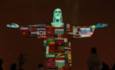 Cristo Redentor é iluminado com bandeiras de países que tem casos confirmados de coronavírus