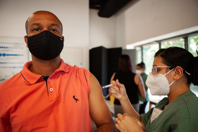 Homem sendo imunizado