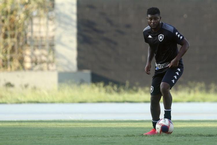 Rafael Carioca com a bola dominada em treino pelo Botafogo