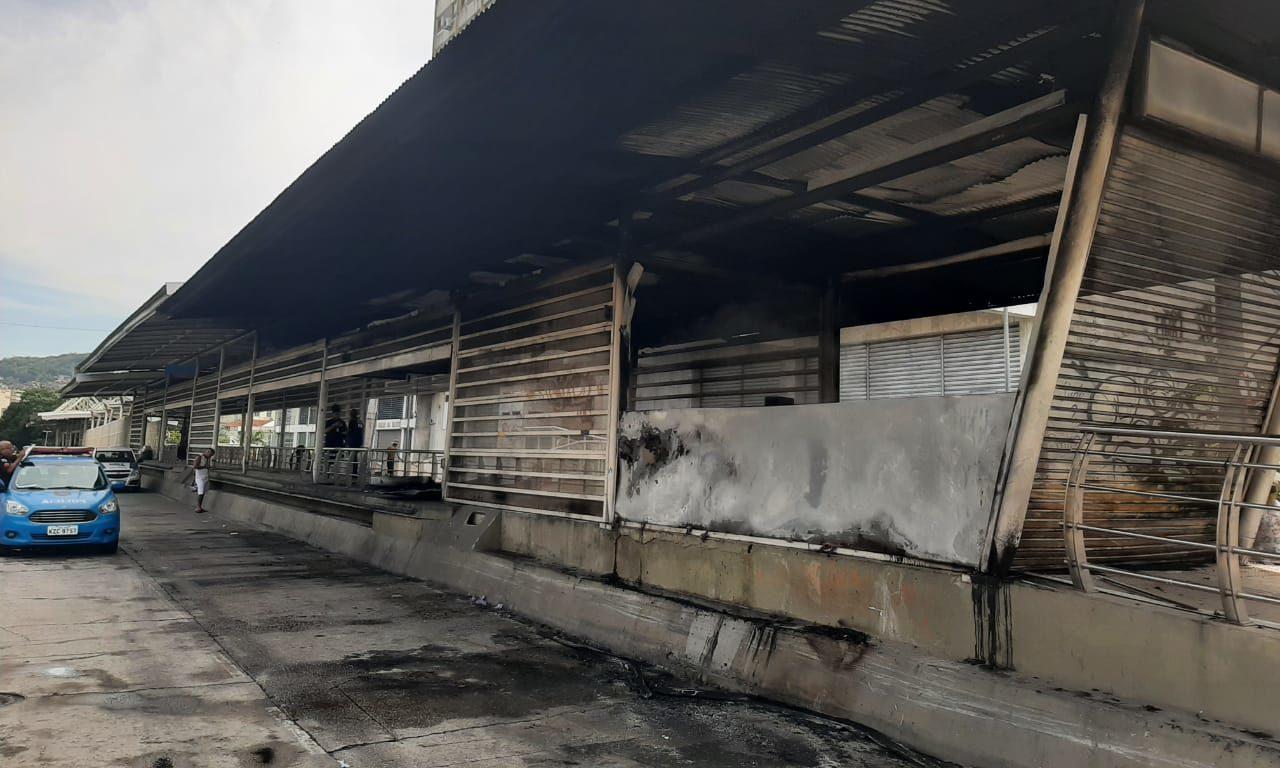 Estação do BRT incendiada