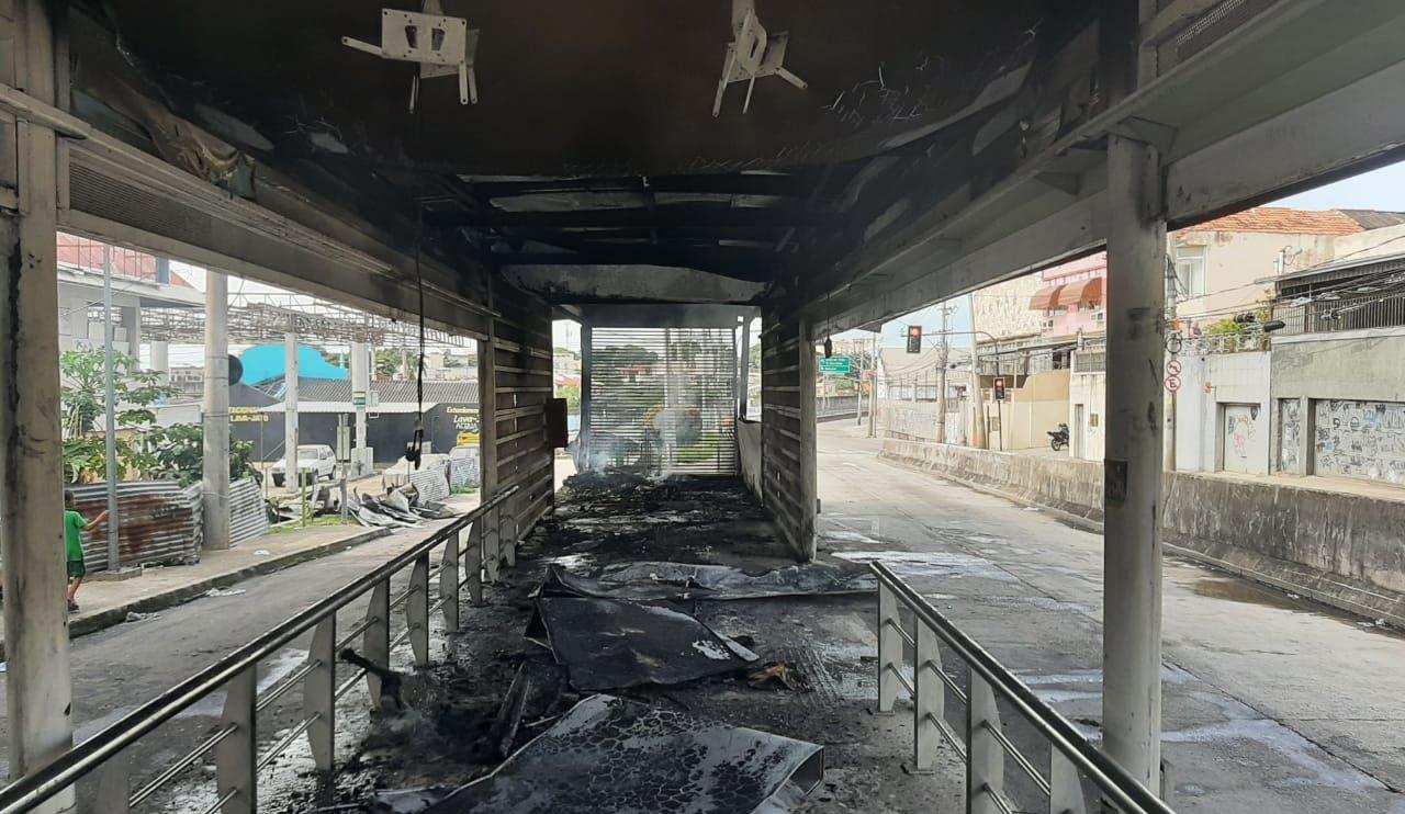 Interior da estação destruída pelas chamas
